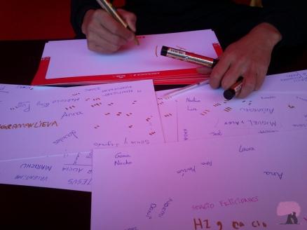 Papeles con nombres del taller de caligrafía japonesa Asiamanía.