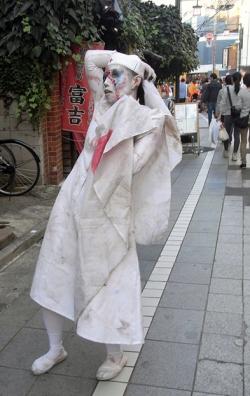 Japonesa disfrazada de enfermera zombie